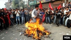 Nepal terus dilanda oleh krisis politik sejak perjanjian damai tahun 2006.