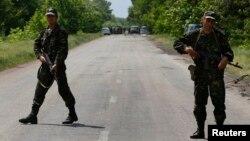 22일 우크라이나 동부 볼노파카에서 친 러시아계 무장세력이 검문소를 공격해 군인 8명이 사망했다. 군인들이 도로에서 현장 접근을 막고 있다.