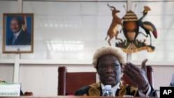 Juiz Stephen Kavuma lê o veridicto final no Tribunal Constitucional do Uganda, Agosto 1, 2014.