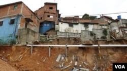 Los frecuentes deslizamientos de tierra en barrios pobres de Caracas, como éste en Las Mayas, agravan la crisis.