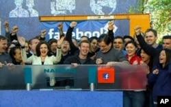 """""""Facebook"""" yaqinda o'z aksiyalarini ochiq savdoga qo'ygan edi. Suratda ijtimoiy tarmoq asoschisi va rahbari Mark Zukerberg Kaliforniyadagi sayt markaziy qarorgohida NASDAQ birjasidagi savdoni ochib beryapti, 18-may, 2012-yil."""
