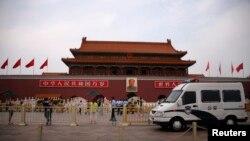 중국 톈안먼 사태 25주년을 맞은 지난 4일 베이징 톈안먼 광장 주변에서 공안과 무장경찰들이 삼엄한 경계를 펴고 있다.