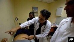 En el pasado ha habido reportes de médicos cubanos mal pagados en Venezuela por quienes La Habana cobra millones de dólares a Caracas.