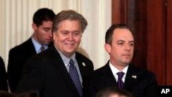 川普的首席策略师史蒂夫·班农 (左) 和白宫办公厅主任雷恩斯·普利巴斯 (右)