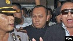 Terdakwa kasus korupsi mafia pajak, Gayus Tambunan dikawal oleh polisi saat tiba di bandara Soekarno-Hatta Jakarta, 31 Maret 2010 (foto dokumentasi).