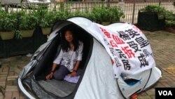 """北京市民在港英皇集团前绝食""""讨债""""(美国之音海彦拍摄)"""