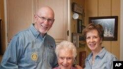 福勒夫妇照顾老母亲,母亲每月付1000美元作为照顾费