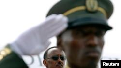 Un soldat rwandais devant le président Paul Kagame, à l'aéroport de Kigali, le 6 février 2008.