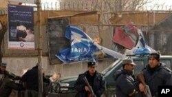 阿富汗警卫守卫在喀布尔市中心一处爆炸现场