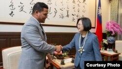 台湾总统蔡英文2019年11月20日在台北会晤图瓦卢外长柯飞(照片来源:台湾总统府网站)