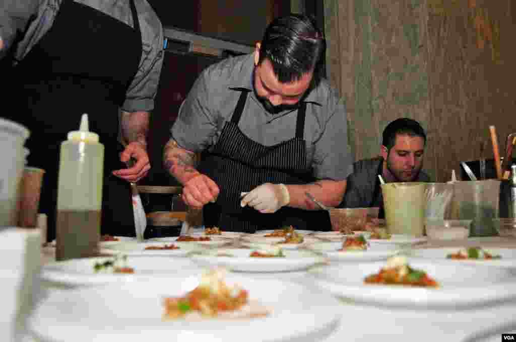 """Ο σεφ του εστιατορίου """"Καπνός"""" που βρίσκεται στην πόλη της Ουάσιγκτον"""