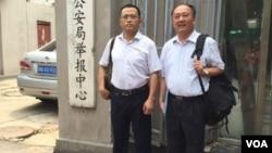 蔡瑛(左)、馬連順律師7月下旬到天津市公安局再次尋找被失踪的李和平律師。蔡瑛律師微博圖片