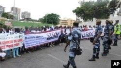 """Une foule de gens qui protestent contre les meurtres rituels portent des banderoles """"Stop crime rituel; soutenir le président dans sa lutte contre les crimes rituels"""" à Libreville, le 11 mai 2013."""