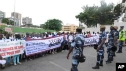Les gens protestant contre les meurtres rituels marchent à Libreville , au Gabon , samedi 11 mai 2013.