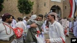 예멘 수도 사나에서 예멘 후티 반군의 포로로 잡혔던 예멘인이 후티반군과 예멘 정부간의 대규모 포로 교환 합의에 따라 30일 석방된 후 가족들과 만났다.