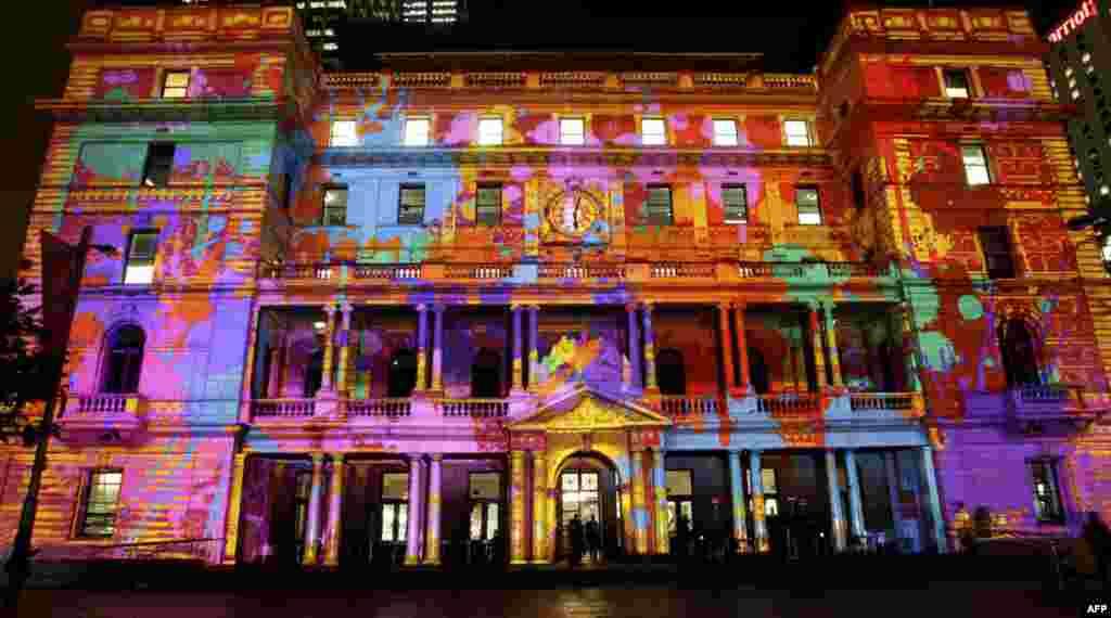 26/5: Tòa nhà Customs House được chiếu sáng bằng đủ loại màu sắc trong lễ hội Vivid Light ở Sydney, Australia. Chủ đề của lễ hội là ánh sáng, âm nhạc, và ý tưởng. Đèn được lập trình để biến tòa nhà thành những tác phẩm nghệ thuật. (AP Photo)