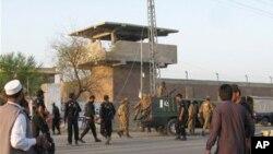 무장세력의 공격으로 400명의 죄수들이 탈주한 파키스탄 폐샤와르 남쪽 바누의 교도소 앞을 지키는 파키스탄 군인들