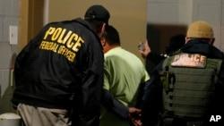 Petugas Kantor Penegakan Imigrasi dan Bea Cukai AS (ICE) melancarkan penggerebekan terhadap keluarga imigran menghadapi perintah deportasi dari pengadilan AS (foto: ilustrasi).