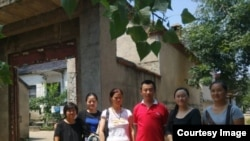陈克贵出狱后与当地支持者在东师古。(亲属提供)