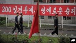 지난 6월 북한 원산에 '200일 전투' 속도전 관련 구호가 걸려있다. (자료사진)