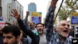 Des manifestants scandent des slogans lors d'un rassemblement annuel marquant l'anniversaire de la prise de contrôle de l'ambassade américaine à Téhéran, Iran, 4 novembre 2017.