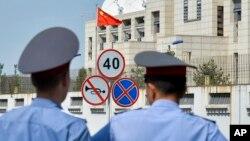 Cảnh sát Kyrgyzstan bên ngoài Đại sứ quán Trung Quốc ở thủ đô Bishkek, Kyrgyzstan, 30/8/2016.