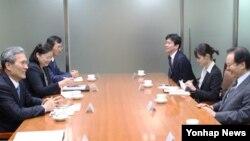 김관진 청와대 국가안보실장(왼쪽 첫번째)이 21일 청와대에서 야치 쇼타로 일본 국가안전보장 국장(오른쪽 첫번째)을 면담하고 있다.