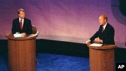 Dalam foto dokumentasi debat Capres AS, 23 September 1976 di Philadelphia's Walnut Street Theater ini, Presiden Gerald Ford mengemukakan pendapatnya saat capres (saat itu) Jimmy Carter mendengarkannya dalam debat pertama dari tiga debat yang dijadwalkan menjelang pemilu (AP Photo, File)