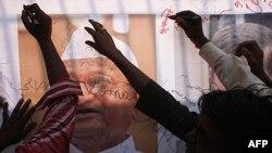 Ủng hộ viên của nhà hoạt động chống tham nhũng Anna Hazare ký tên lên biểu ngữ với hình ảnh của ông Hazare bên ngoài nhà tù Tihar ở New Delhi, ngày 17/8/2011