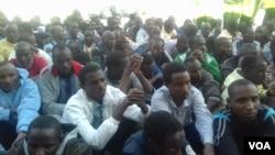 Les jeunes Tchadiens en attente, au Tchad, le 28 avril 2016. (Photo d'illustration/VOA)