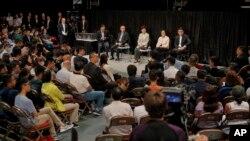 香港特首林郑月娥(台上中)在伊利沙伯体育馆参加首次社区对话。(2019年9月26日)