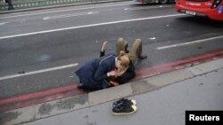 3月22日英国议会大厦前恐袭事件发生后,一名女士在现场帮助伤者.