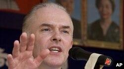Công tố viên quốc tế Andrew Cayley nói ông quyết định từ nhiệm vì những lý do riêng tư.