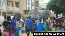 Les habitants d'un quartier s'approvisionnent en eau potable à partir d'un camion-citerne, Dakar, Sénégal, 4 juillet 2017.