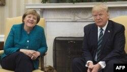 지난해 3월 앙겔라 메르켈 독일 총리(왼쪽)와 도널드 트럼프 미국 대통령이 워싱턴 DC의 백악관 집무실에서 정상회담을 하고 있다.
