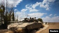 이스라엘 군인들이 18일 탱크를 타고 가자지구로 진입하고 있다.