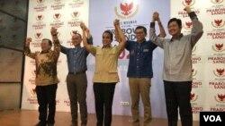 Kelima Sekjen Partai Politik yang tergabung dalam Koalisi Indonesia Adil dan Makmur memberikan konferensi pers kepada awak media, setelah koalisi dibubarkan oleh Prabowo Subianto di Prabowo-Sandi Media Center , di Jakarta, Jumat (28/6). (foto: VOA/Ghita)