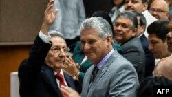 라울 카스트로 쿠바 국가평의회 의장(왼쪽)이 18일 국가인민권력회의에서 의장직을 승계할 미겔 디아스 카넬 수석 부의장 옆에서 손을 흔들고 있다.