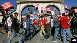 En esta foto de archivo se ve a guionistas durante una huelga en 2007 frente a los estudios de Paramount en Los Angeles, California.