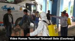 Pemyemprotan disinfektan bagi penumpang di terminal Tirtonadi Solo dalam video yang diunggah di media sosial.(Foto: Courtesy/Video Humas Terminal Tirtonadi Solo)