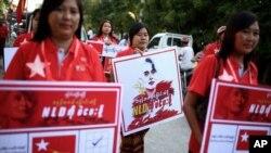 지난 15일 미얀마 만달레이 시에서 아웅산 수치 여사가 이끄는 여당 민주주의민족동맹(NLD) 지지자들이 거리 행진을 하고 있다.