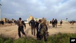 កងកម្លាំងសន្តិសុខអ៊ីរ៉ាក់និងសម្ព័ន្ធមិត្ត Shiite រៀបចំវាយប្រហារក្រុមរដ្ឋអ៊ីស្លាមជ្រុលនិយមនៅក្នុងក្រុង Tikrit ចម្ងាយ១៣០គ.ម ភាគខាងជើងក្រុងបាកដាដ ប្រទេសអ៊ីរ៉ាក់ កាលពីថ្ងៃទី១២ ខែមីនា ឆ្នាំ២០១៥។
