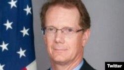 """El embajador Nealon, calificó la entrega voluntaria de los ex agentes como """"otro golpe a la impunidad en Honduras""""."""