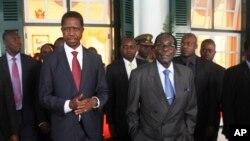 Presiden Zambia Edgar Lungu (kiri) bersama Presiden Zimbabwe Robert Mugabe di Harare, Zimbabwe, Feb. 6, 2015 (Foto: dok).