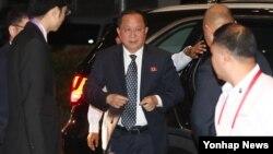 아세안지역안보포럼(ARF) 참석차 필리핀 마닐라를 방문한 리용호 북한 외무상이 6일 새벽(현지시간) 마닐라 시내의 숙소에 도착하면서 쏟아지는 취재진의 질문에 답하지 않고 걸음을 옮기고 있다. 2