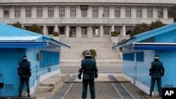 在朝韩边境村庄板门店韩国士兵望向朝鲜一方。(资料照片)