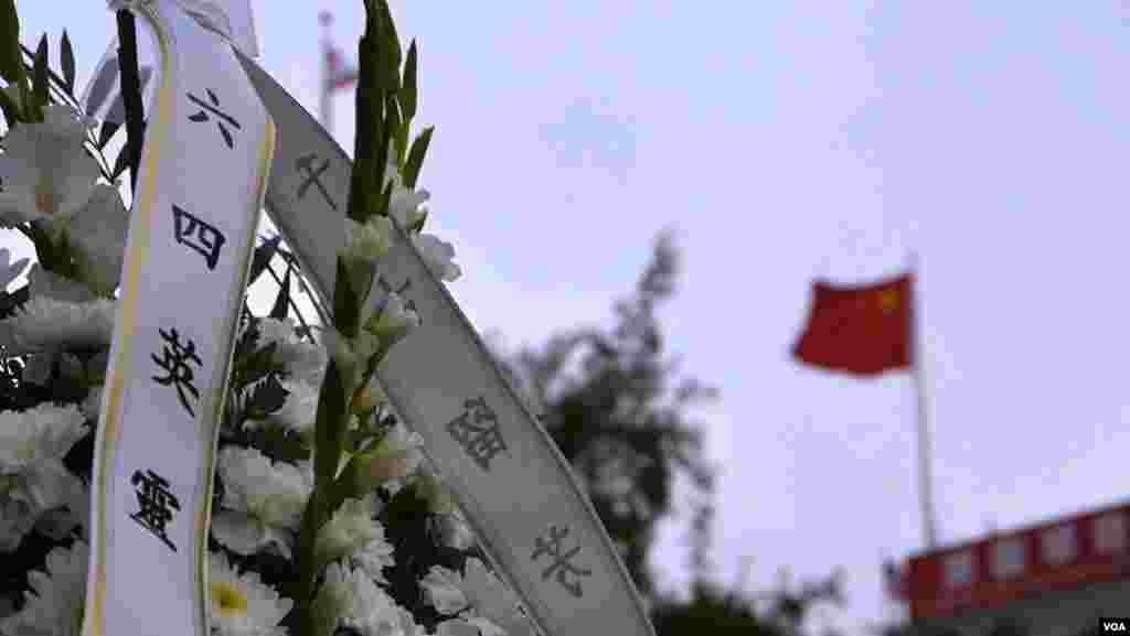 五星旗高悬在在女神像广场旁,仿佛对峙(美国之音国符拍摄)
