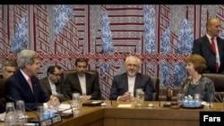 عکس آرشیوی جواد ظریف وزیر خارجه ایران (دوم از راست) و جان کری وزیر خارجه آمریکا (چپ) در یکی از جلسات مذاکرات هسته ای در وین