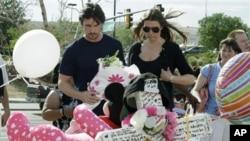 Glumac Kristijan Bejl i njegova supruga Sandra Blažić obilaze improvizovani spomenik žrtvama pucnjave u bioskopu u Aurori.