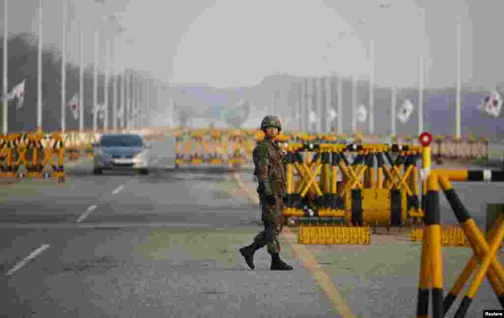 Chốt kiểm soát trên Cầu Đại Thống Nhất dẫn vào khu phi quân sự chia cách hai miền Triều Tiên tại Paju, phía bắc Seoul.